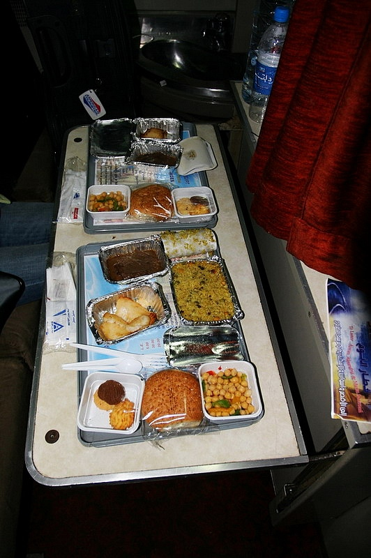 Dinner is served before the attendant change the seats to bed. Photo by: WangYan2007