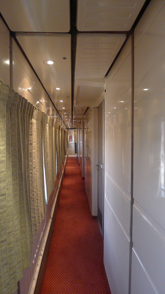 Once you go in the train, you will see this corridor. The rooms are on the right. Photo by: Wallacefsk